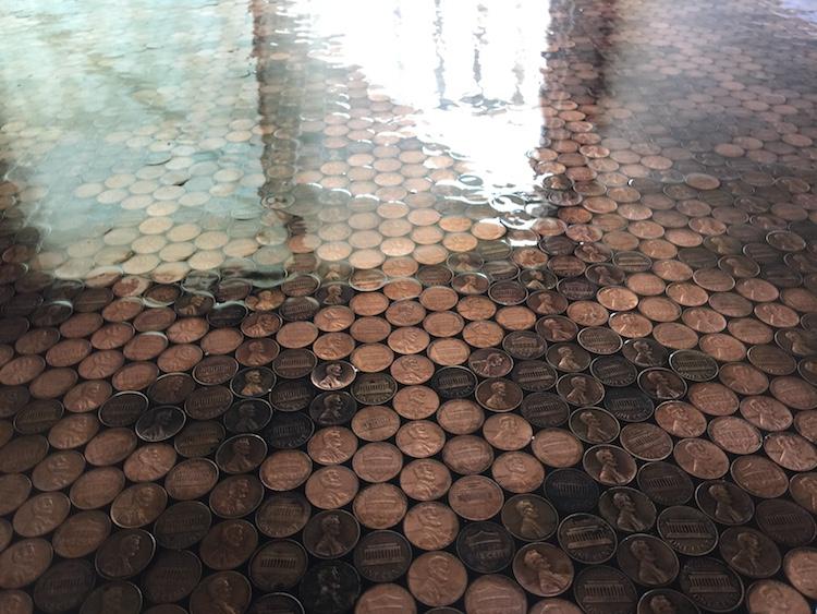 Pavimento di monete: come ristrutturarlo usando 13.000 monete