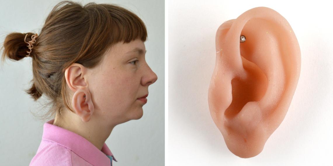 Artista tedesca crea orecchini e anelli a forma di orecchie e dita umane