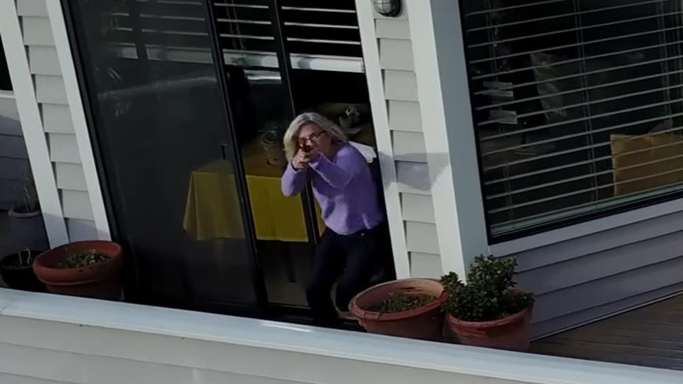 Una donna spara con un fucile a un drone che la spiava