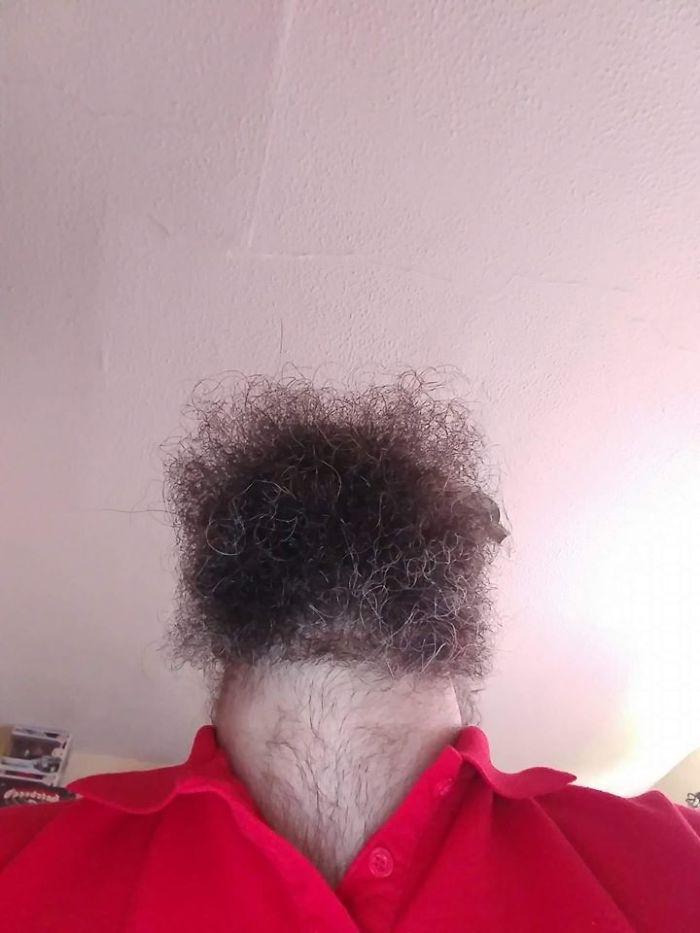 Foto inquietanti di uomini barbuti che guardano verso l'alto