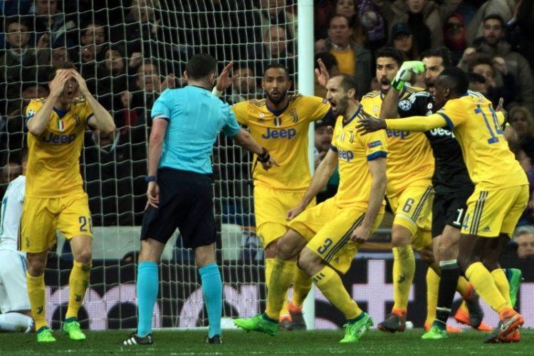 Le immagini dell'arbitro che celebra il goal del Real Madrid che stanno facendo il giro del mondo