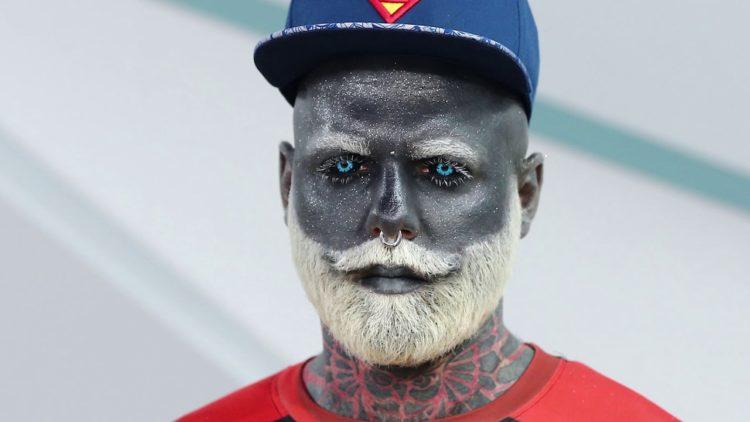 """Quest'uomo si è tatuato di grigio per trasformarsi """"in negativo"""""""