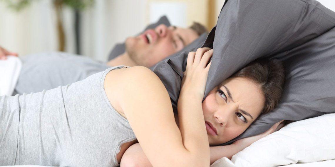 Dormire vicino a chi russa fa male alla salute: lo dicono i ricercatori