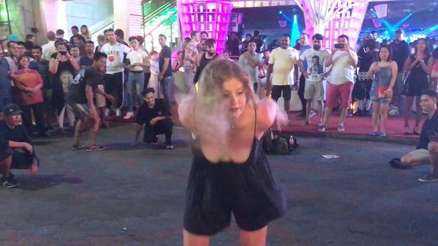 Ubriaca umilia i ballerini di break dance con delle capriole all'indietro incredibili