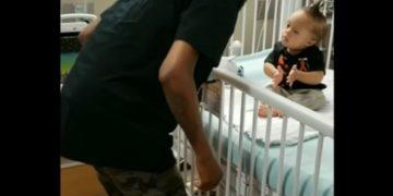 L'emozione di un papà che balla per far divertire il figlio ricoverato per la chemioterapia