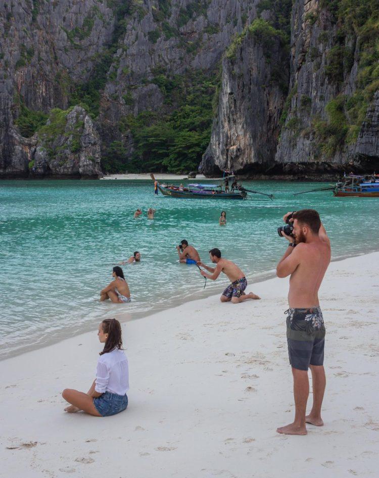 Le foto esilaranti dei fidanzati obbligati a trovare lo scatto perfetto per Instagram