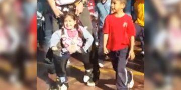 Una bambina paralizzata riesce a ballare grazie alla struttura creata dal suo insegnante