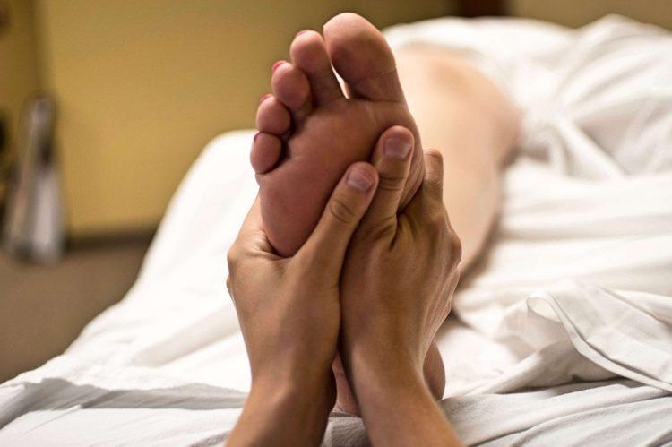 Tecniche e benefici del massaggio ai piedi