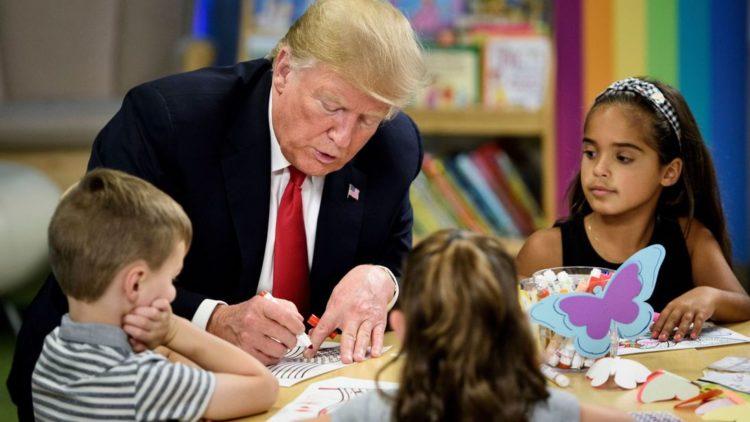 Donald Trump sbaglia i colori della bandiera americana e i bambini lo deridono