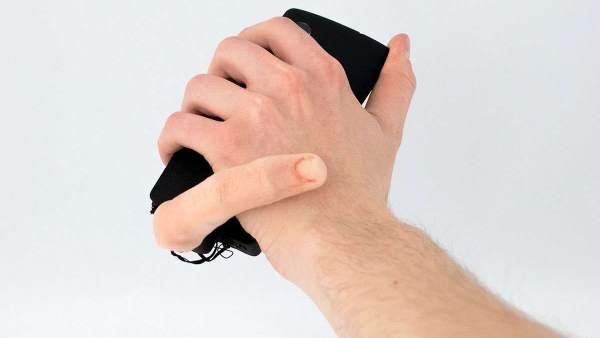 Il dito robotico che ti accarezza il polso (e non solo) mentre usi il cellulare.