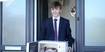 La scuola vieta gli zaini e uno studente porta i libri in un forno a microonde