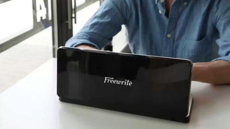 The Freewrite Traveler, il dispositivo che ti permette di scrivere senza distrazioni