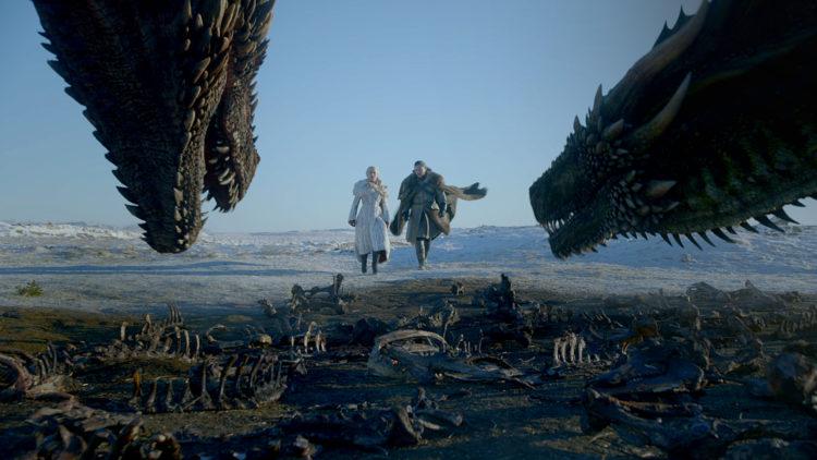 Jone Snow e Daenarys camminano verso i draghi